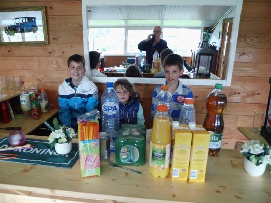 Familiedag groeps accommodatie - samen aan de bar hangen