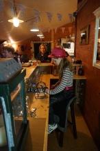 Groepsaccommodatie-Friesland-spelen achter de bar